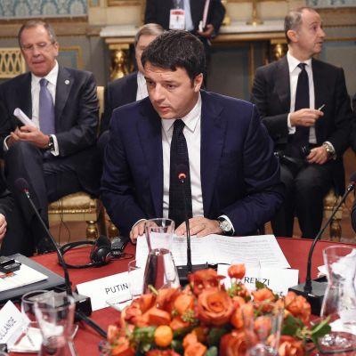 Rysslands president Vladimir Putin, Ukrainas president Petro Porosjenko och Italiens premiärminister Matteo Renzi i Milano den 17 oktober 2014.