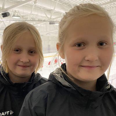 Ada ja Essi Heikkinen pelaavat Kajaanin Hokin tyttöjoukkueessa.