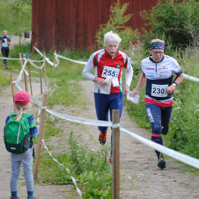Risto Uljas (255) och Rune Svärd (230) passerar en ung beundrare.