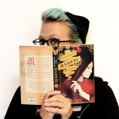 Catariina Salo med boken Maresi.