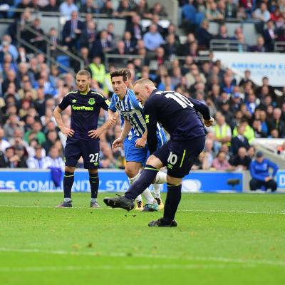 Wayne Rooney skjuter en straff.
