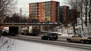 en mörbultad lastbil som körde in i skolgatans tunnel i åbo