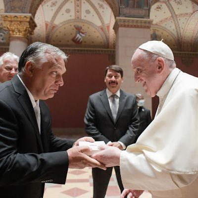 Premiärminister Orbán och påven Franciskus visade ändå inga sura miner under sitt korta möte i Budapests konstumuseum på söndag.