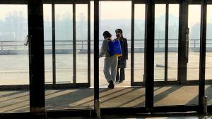 Nordkorea stängde sina gränser i slutat av januari. Här desinficeras Pyongyangs stängda internationella flygplats.