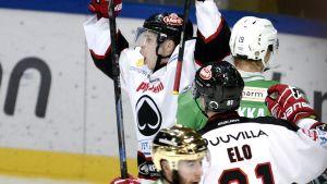 Eero Elo (t.h.) firar mål tillsammans med klubbkompisen Sami Lähteenmäki.