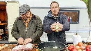 Bröderna Price tillreder mat utanför sin husvagn