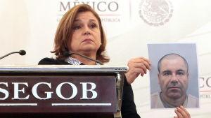"""Mexikos högsta åklagare Arely Gomez visar upp ett foto på Joaquin """"El Chapo"""" Guzman den 13 juli 2015."""