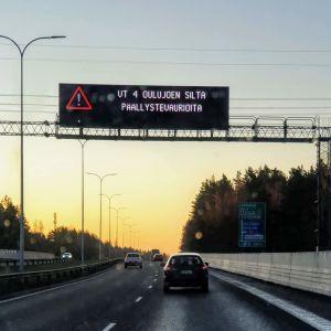 Varoitusteksti tienkäyttäjille päällystevaurioista.