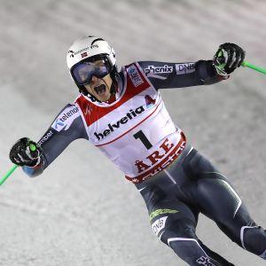 Norges Henrik Kristoffersen skriker ut sin glädje efter att ha tagit ledningen i storslalomtävlingen i VM i Åre 2019.