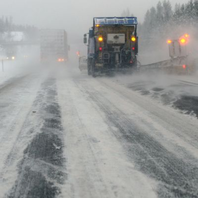 Bilar på snöig väg.