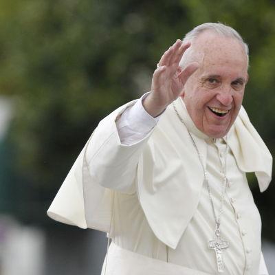 Påven Franciskus vinkar till folket när han anländer till Kuba på lördagen.