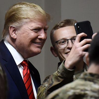 Många av soldaterna på flygbasen Bagram ville ta en selfie med presidenten.