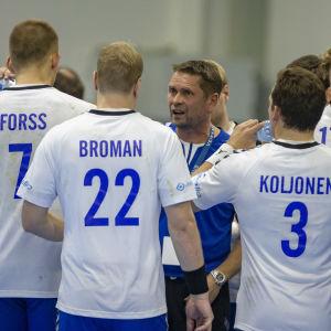Finlands herrlandslag i handboll under en timeout i landskampen mot Japan 21.10.2018.