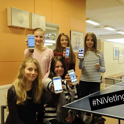 Ina Källman, Ida Mäenpää, Georgina Kung, Ida Sundelin och Frida Wargh i Oxhamns skola i Jakobstad visar upp sina mobiler. Med #Nivetingenting-stämpel.