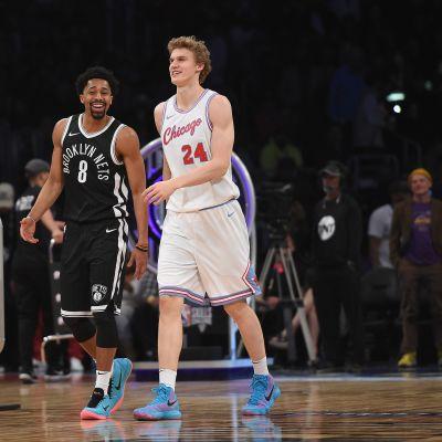 Brooklyn Netsin Spencer Dinwiddie ja Chicago Bullsin Lauri Markkanen NBA-taitokisassa vuonna 2018 Staples Centerissä.