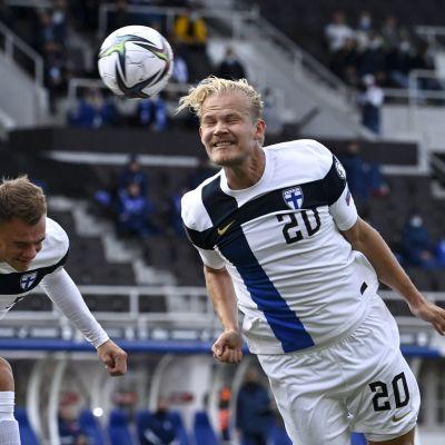 Joel Pohjanpalo puskee pallon Kazakstanin maaliin.