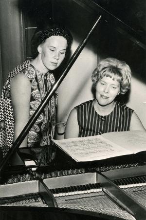 Taru Valjakka ja Meri Louhos flyygelin ääressä Klemetti-Opistossa 1960- ja 70-lukujen vaihteessa.