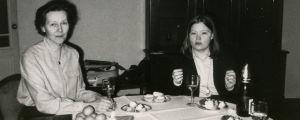 Kirsti von Boehm ja Elina Saksala pöydän ääressä hotelli Europeiskajassa Leningradissa.
