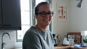 """Sofia Grynngärds skrubbar sitt hus med ättika och citron, likt 1600-tals tjänarinnan i boken """"Miniatyrmakaren."""