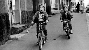 Barn på cyklar
