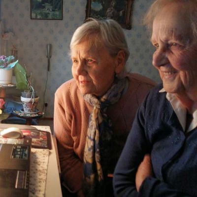 Signild Sundin och Berit Sjöberg framför Berits dator.