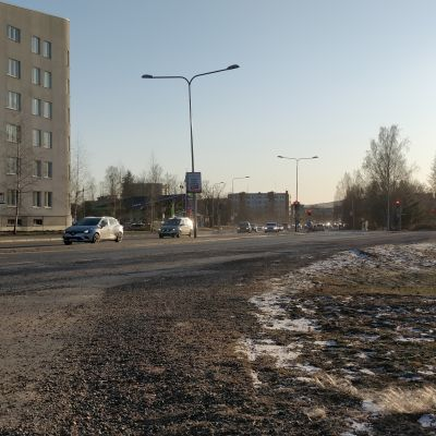 Kadulla autoja Jyväskylän Tourulassa.