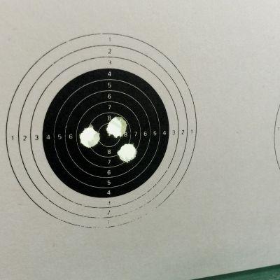 Ammuntataulussa kolme osumaa keskellä