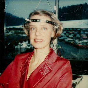 Sirkka-Liisa Krapinoja skolioosileikkaukseen valmentava metallinen Halo-rengas päässään.