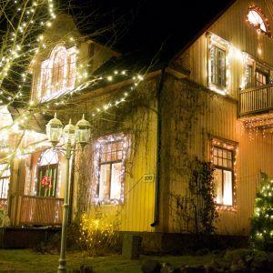Familjen Barkars hus i Forsby, Pedersöre, lyser upp i vintermörkret.