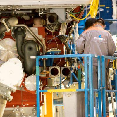 Montering av stora motorer på Wärtsilä i Vasa.