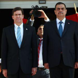 USA:s försvarsminister Mark Esper (t.v)  och Iraks försvarsminister Najah al-Shammari 23.10.2019