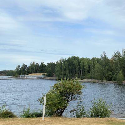 Kuvassa vanha kelkkamäki ja hyppytornit Myllysaaren rannalla