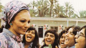 Shahbanu Farah Pahlavi besöker ett gymnasium i staden Jiroft i provinsen Kerman i södra Iran.