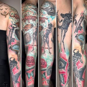 Ett Salvador Dali-kollage tatuerat längs armen