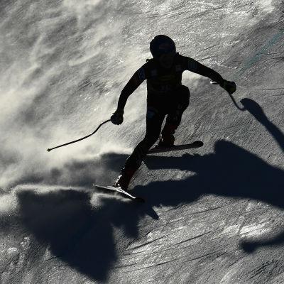Mikaela Shiffrin åker så snön yr.