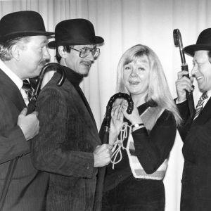 Hamilton-Jones (Kauko Helovirta), Lamm (Pekka Autiovuori), Mildred (Aila Svedberg) ja Sir Henry (Yrjö Järvinen) vuonna 1979 kuvattuna.