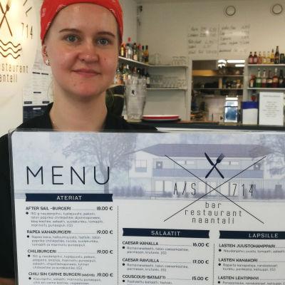 Lotta Melgin esittelee ruokalistaa naantalilaisessa After Sail -ravintolassa.