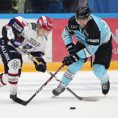 Iikka Kangasniemi ja Topi Jaakola SM-liigan ottelussa