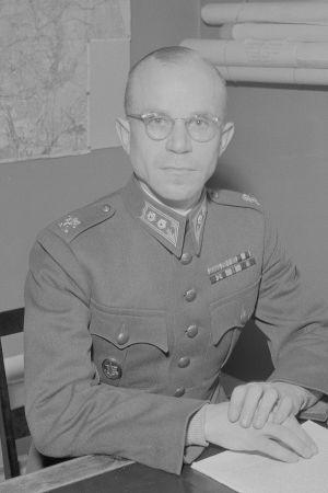 Everstiluutnantti Hautala työpöytänsä ääressä Suulajärvellä 1942