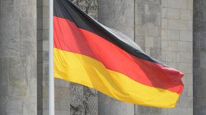 Tysklands flagga på halv stång utanför Reichstag i Berlin.