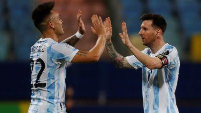 Lionel Messi och Lautaro Martinez firar ett mål.