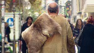 Kivikauden mies nykyaikaisella kadulla