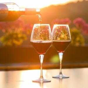 Två vinglas med rött vin i