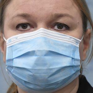 Krista Kiuru i närbild med munskydd på.