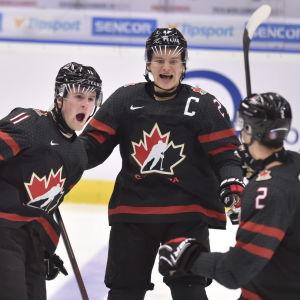 Kanadensiska U20-spelare jublar.