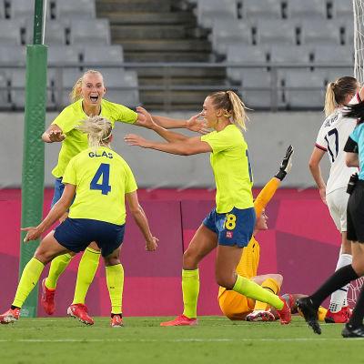 Svenska spelare jublar efter ett mål mot USA.