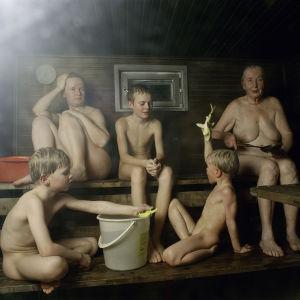 Två vuxna, tre barn i finsk bastu 2003