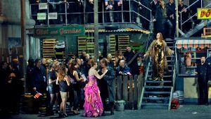 Bayreuthin musiikkijuhlien Jumalten tuho (2016): Gutrune (Alison Oakes), Siegfried (Stefan Vinke), Hagen (Stephen Milling), Brünnhilde (Catherine Foster), Gunther (Markus Eiche), kuoro