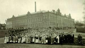 Tobaksarbetarna framför Strengbergs 1908.