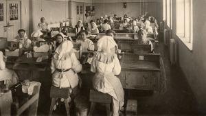 Tobaksänglar i Strengbergs fabrik i Jakobstad kring år 1908.